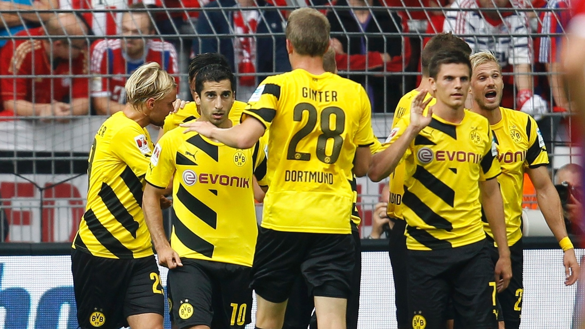 Hendrikh Mkhitaryan comemora gol marcado pelo Borussia Dortmundo pela Supercopa da Alemanha, contra o Bayern de Munique
