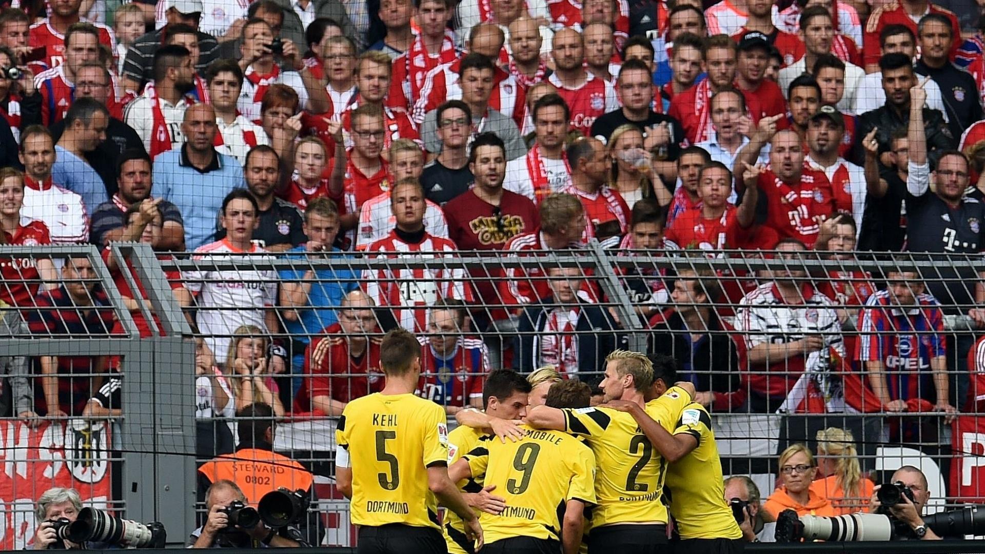 Jogadores do Borussia Dortmund comemoram gol de Mkhitaryan contra o Bayern de Munique pela Supercopa da Alemanha