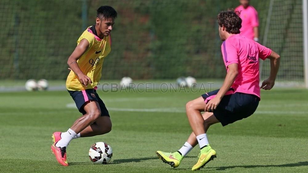 Neymar domina bola em treino do barcelona, 40 dias depois de fraturar a vértebra