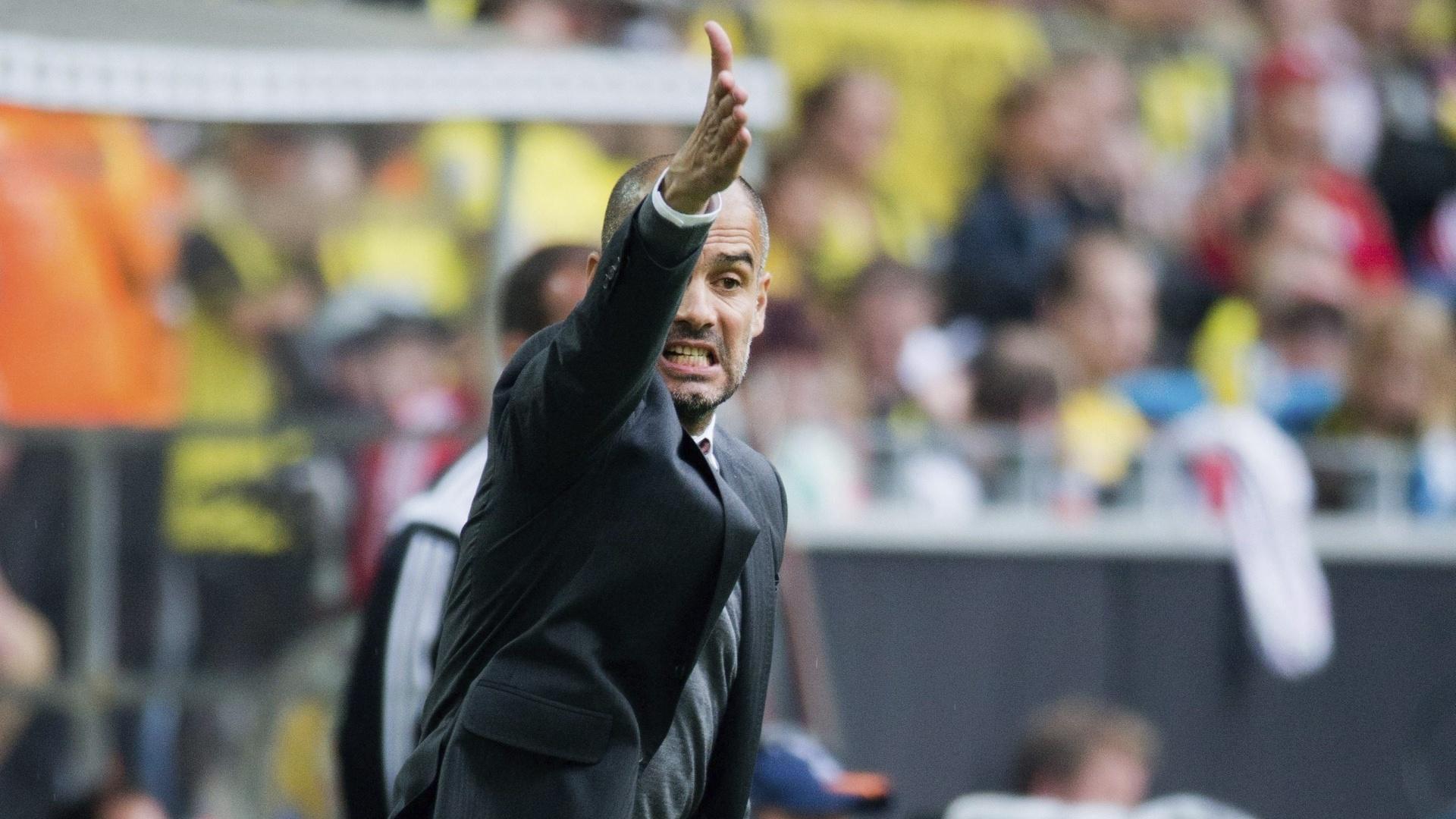 Técnico do Bayern de Munique Pep Guardiola fica enlouquecido à beira do gramado durante a partida do Bayern contra o Borussia Dortmundo pela Supercopa da Alemanha