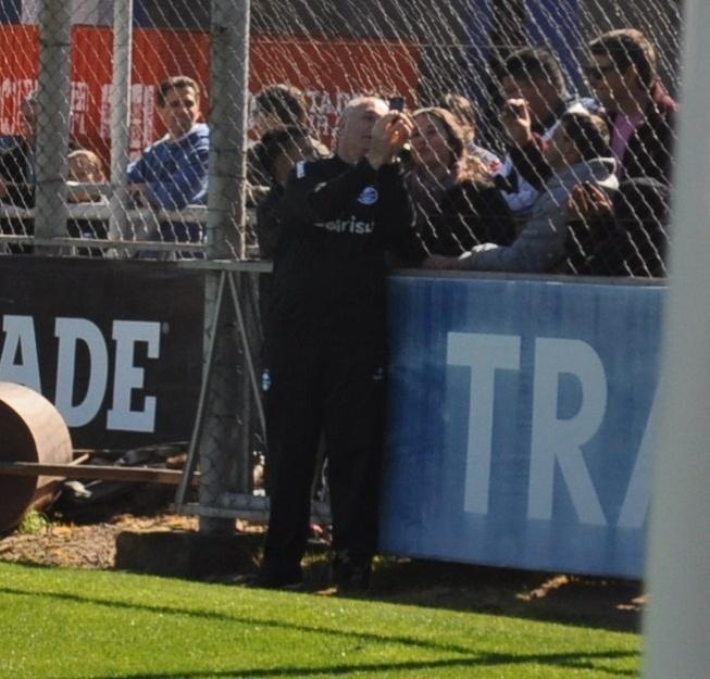 14 ago 2014 - Felipão faz 'selfie' com torcedores do Grêmio em treinamento