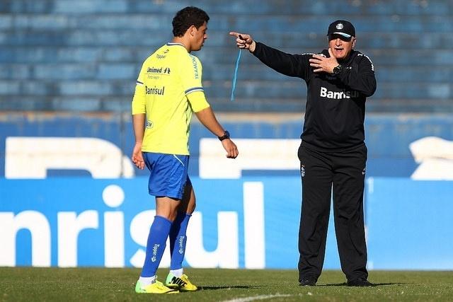 14 ago 2014 - Felipão orienta Giuliano aos gritos em treinamento do Grêmio