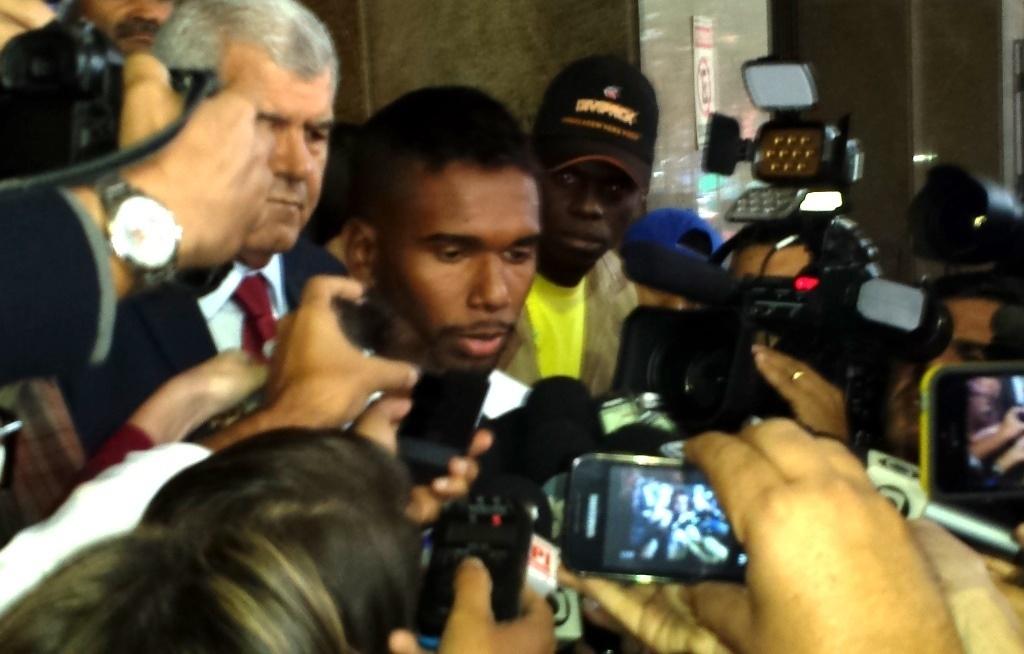 Jogador do Flamengo Luiz Antônio deixa delegacia após depoimento sobre suposta ligação com milícias no Rio de Janeiro