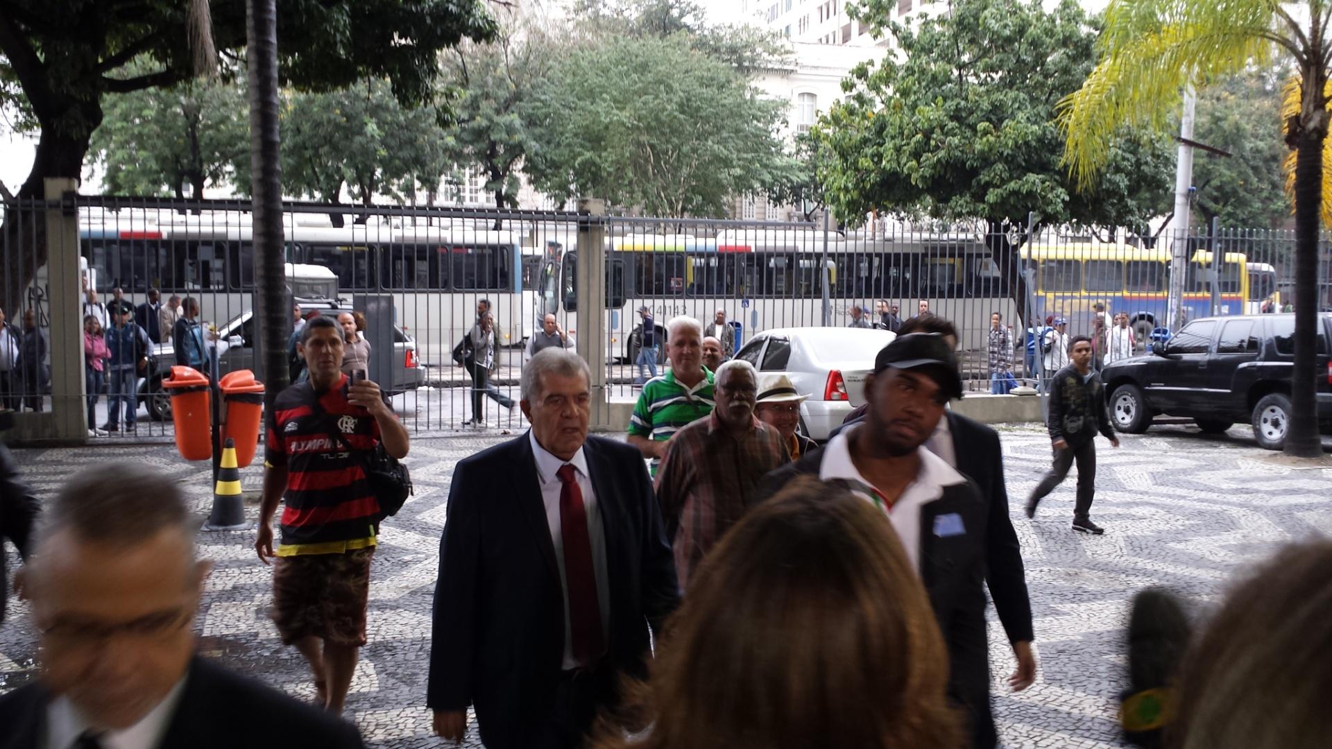 Luiz Antônio se apresenta em delegacia no Rio de Janeiro