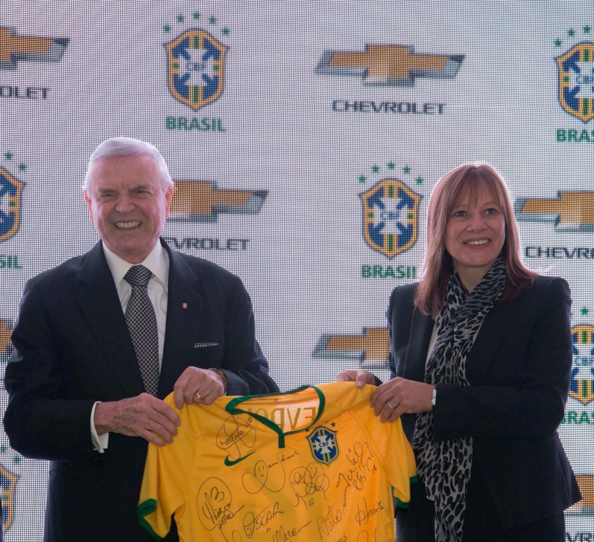 José Maria Marin participa de oficialização do contrato da CBF com Chevrolet. Presidente da CBF e Mary Barra, CEO da General Motors