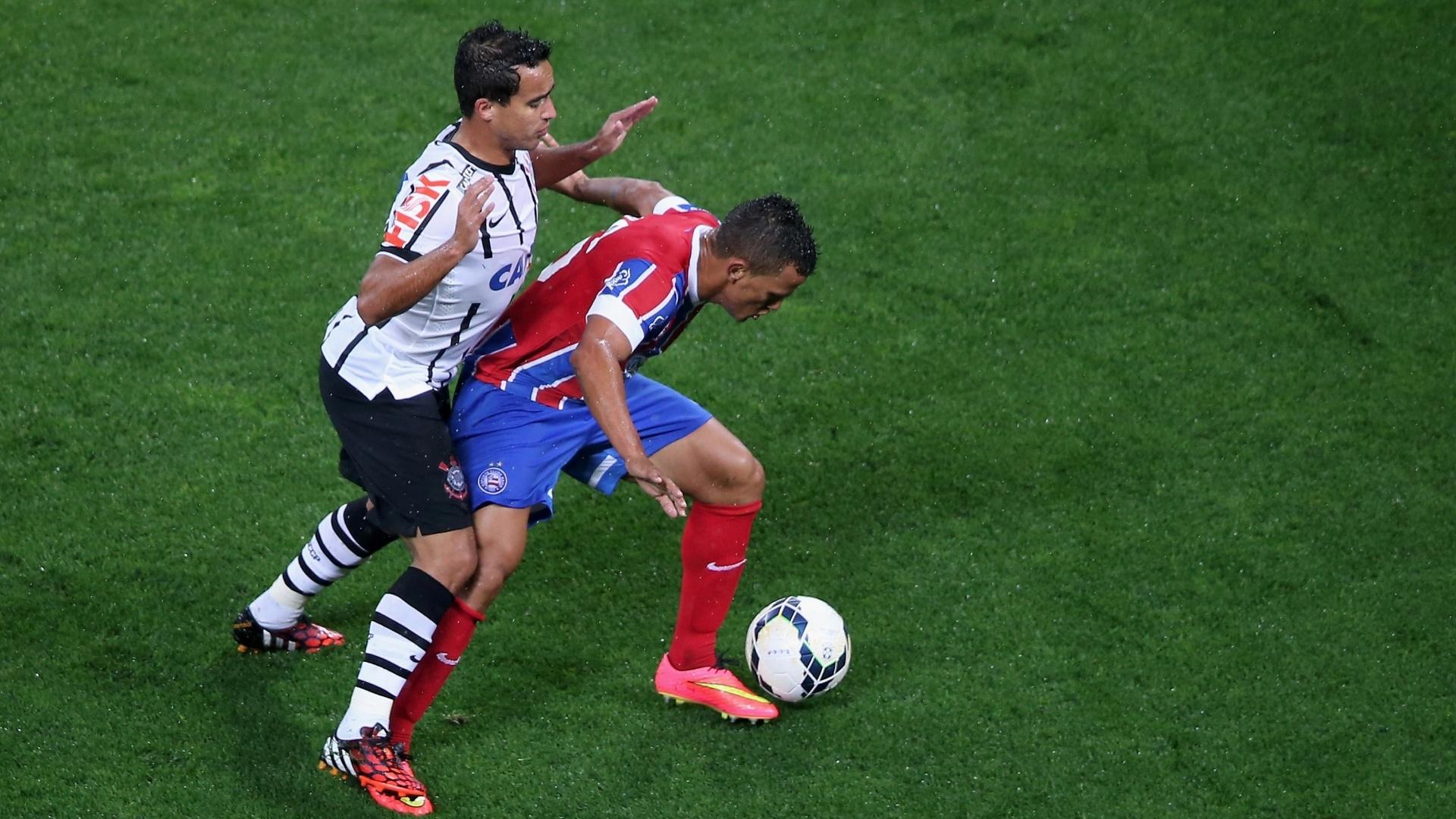 16.ago.2014 - Jadson (e), do Corinthians, aperta a marcação sobre Raul, do Bahia, durante jogo do Brasileirão