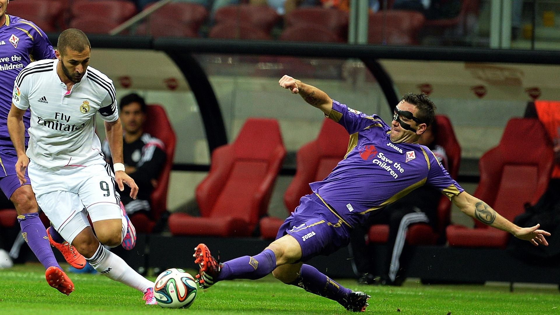 Benzema, do Real Madrid, tenta fugir de carrinho de zagueiro da Fiorentina durante amistoso