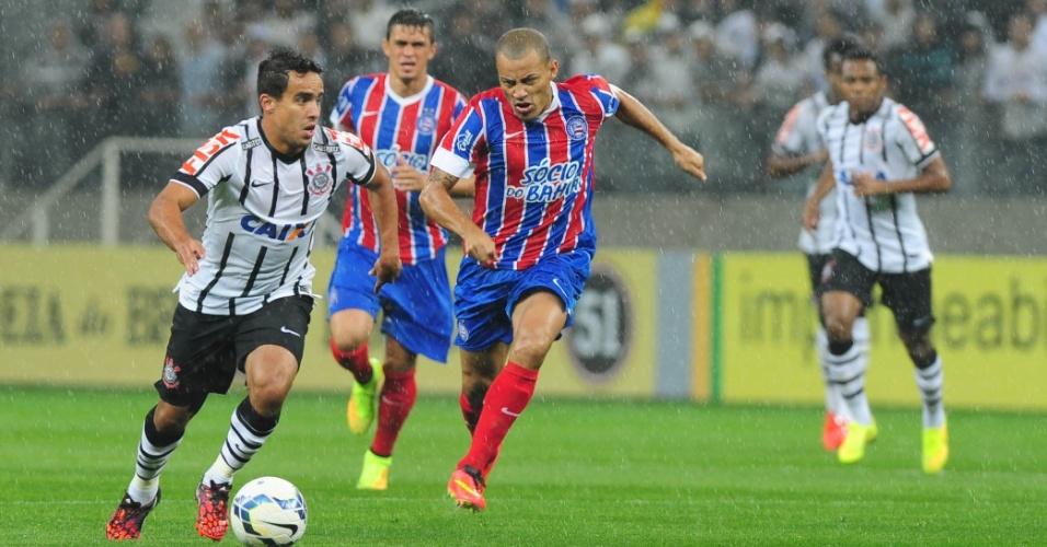 16.ago.2014 - Corintiano Jadson parte com a bola dominada durante jogo contra o Bahia no Itaquerão