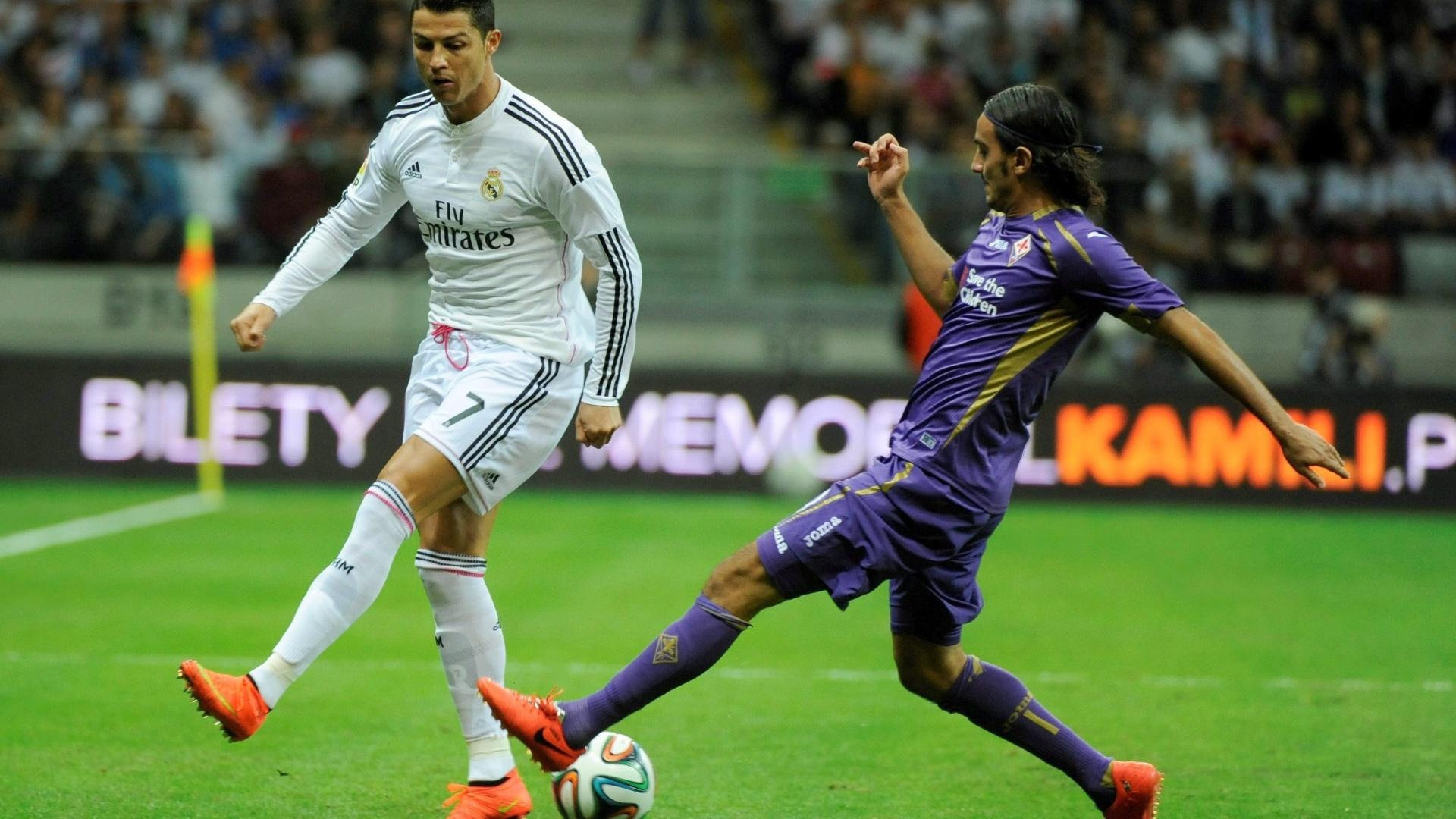 Cristiano Ronaldo tenta fugir da marcação de Aquilani durante amistoso contra a Fiorentina