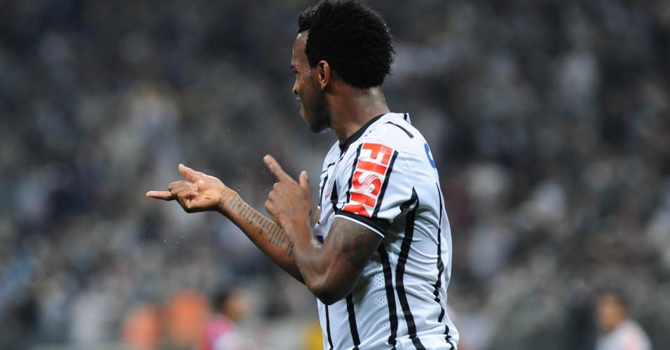 16.ago.2014 - Gil comemora ao empatar o jogo para o Corinthians contra o Bahia no Itaquerão