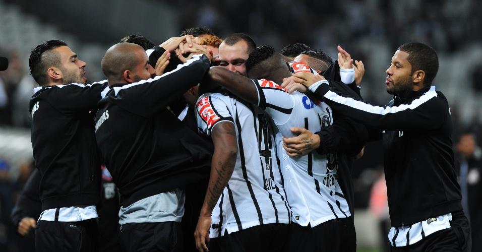 16.ago.2014 - Jogadores corintianos comemoram o gol marcado por Gil contra o Bahia no Itaquerão