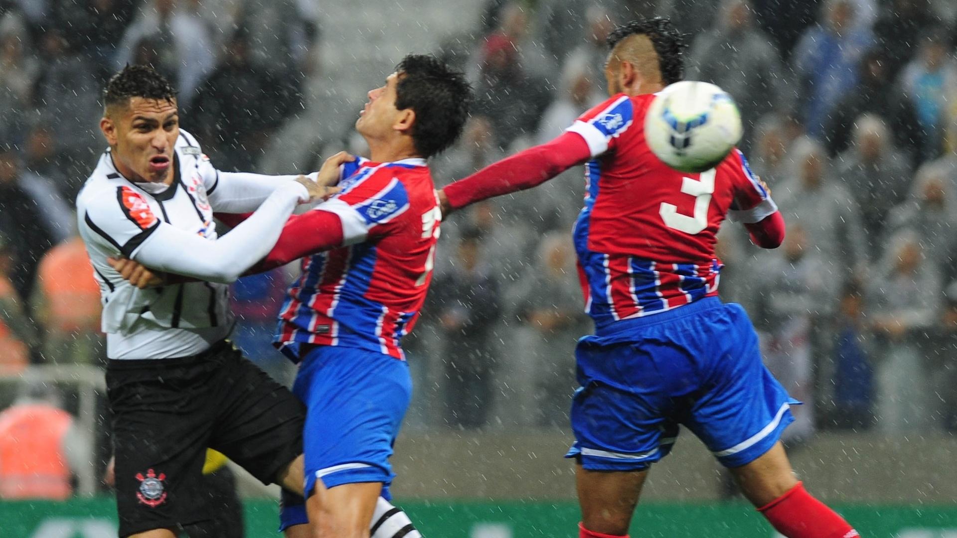 16.ago.2014 - Jogadores de Corinthians e Bahia disputam bola pelo alto durante jogo no Itaquerão
