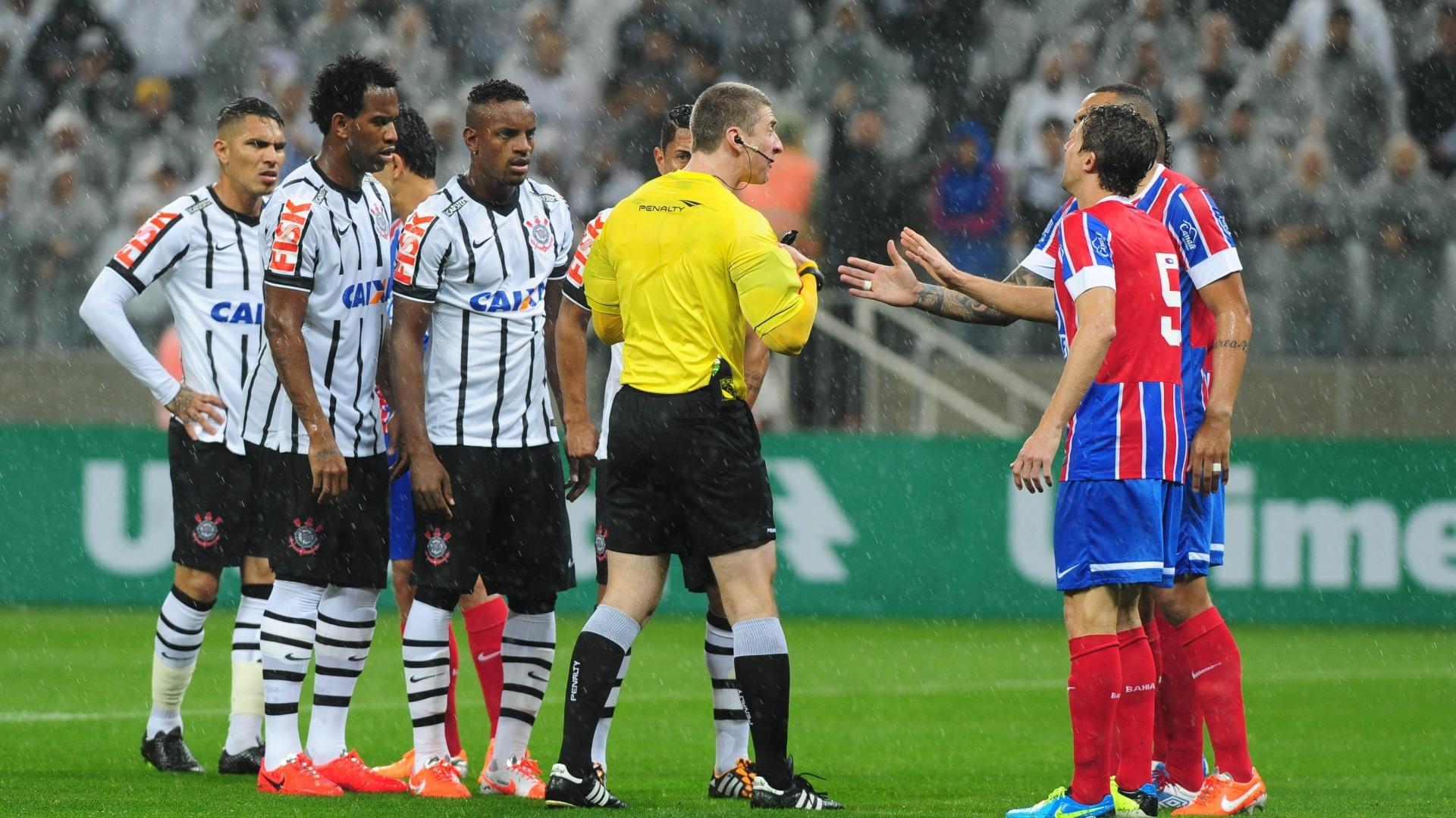 16.ago.2014 - Jogadores do Bahia discutem com o árbitro após marcação favorável ao Corinthians em jogo no Itaquerão