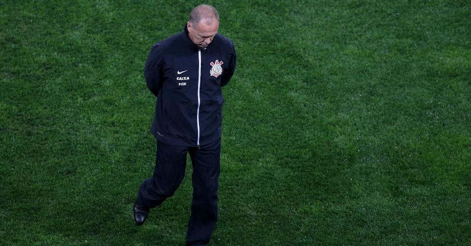 16.ago.2014 - Técnico Mano Menezes fica cabisbaixo em lance do jogo do Corinthians contra o Bahia