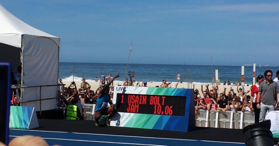 17.ago.2014 - Usain Bolt comemora vitória em desafio no Rio de Janeiro