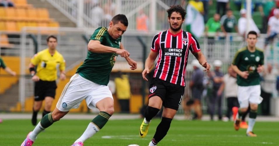 Lúcio faz jogada para o Palmeiras observado por Pato no clássico