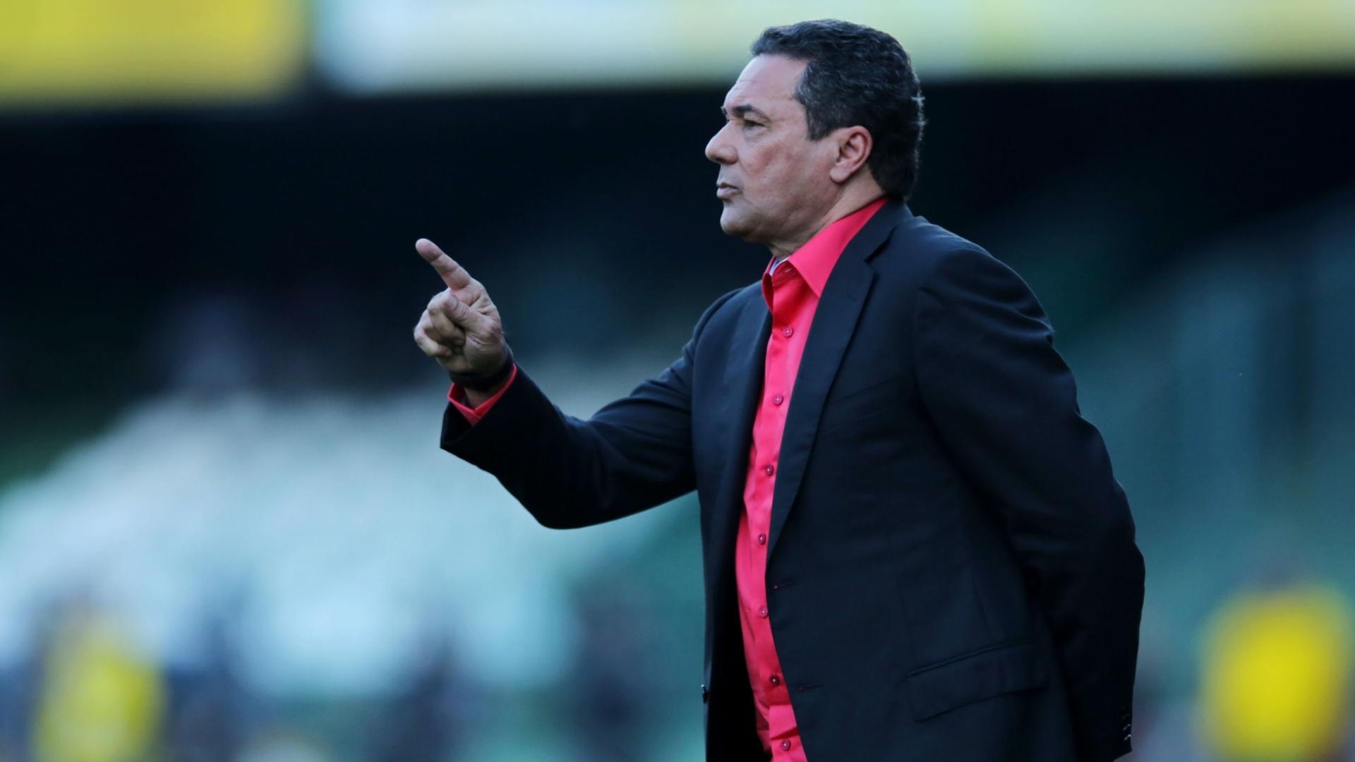 Vanderlei Luxemburgo, técnico do Flamengo, orienta seus jogadores na partida contra o Coritiba