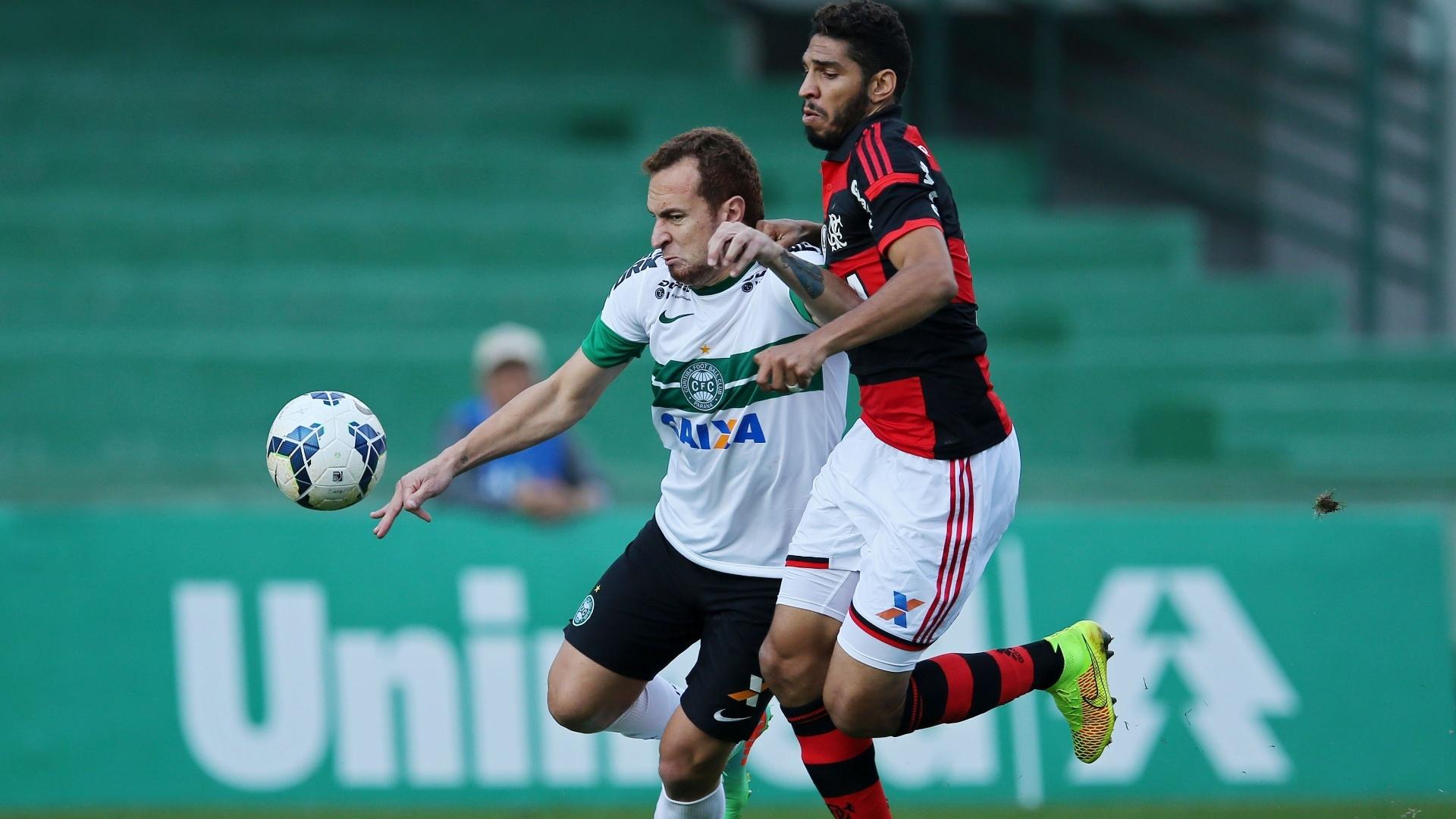 Wallace (d), do Flamengo, aperta a marcação sobre Zé Love, do Coritiba, durante jogo