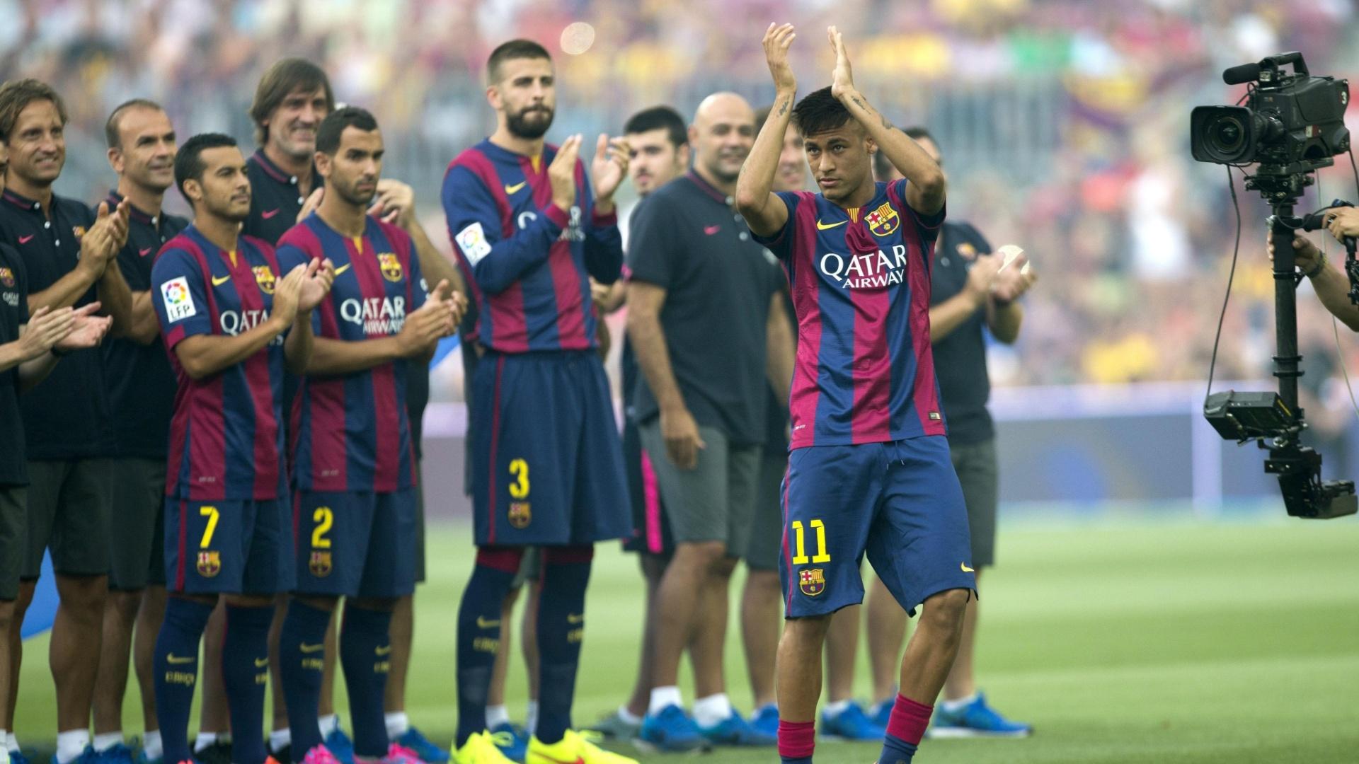 Neymar recebe aplausos na apresentação do elenco do Barcelona para a temporada