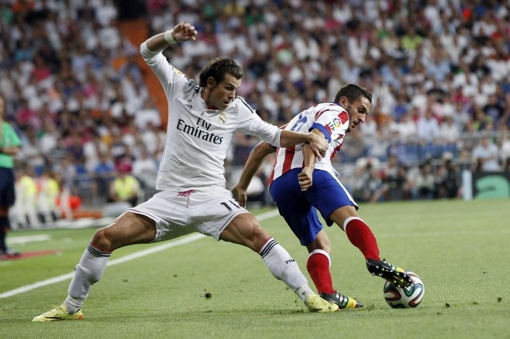 Bale tenta roubar a bola de Koke durante a Supercopa da Espanha