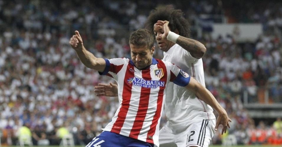 Brasileiro Marcelo (fundo) tenta roubar a bola de Gabi