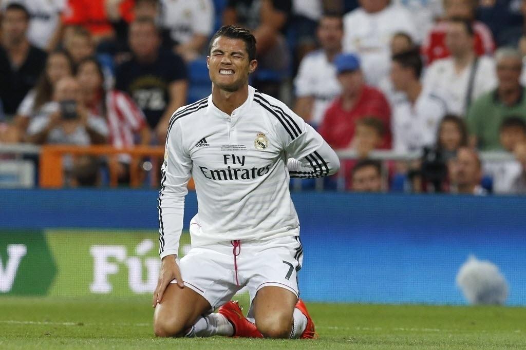 Cristiano Ronaldo faz cara de dor e coloca as mãos nas costas