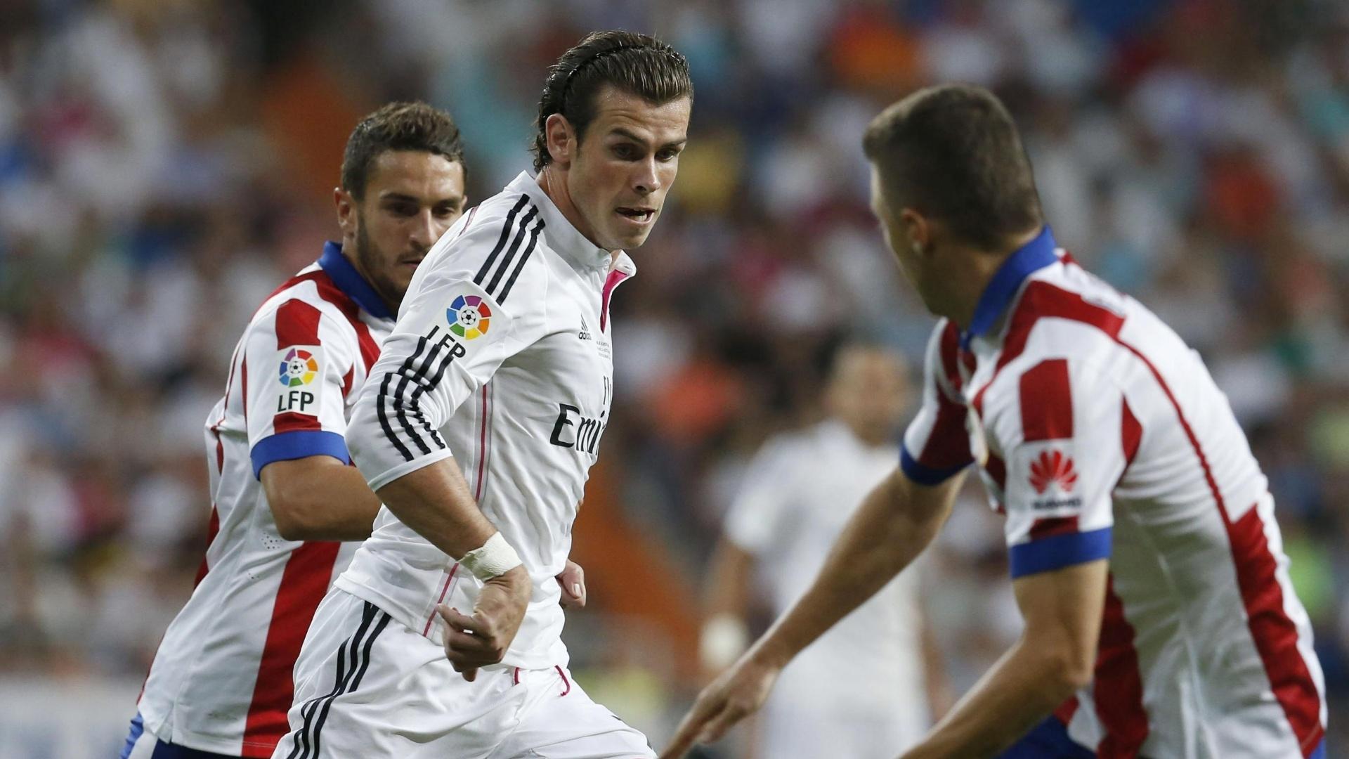 Gareth Bale tenta passar pela marcação dos jogadores do Atlético de Madrid