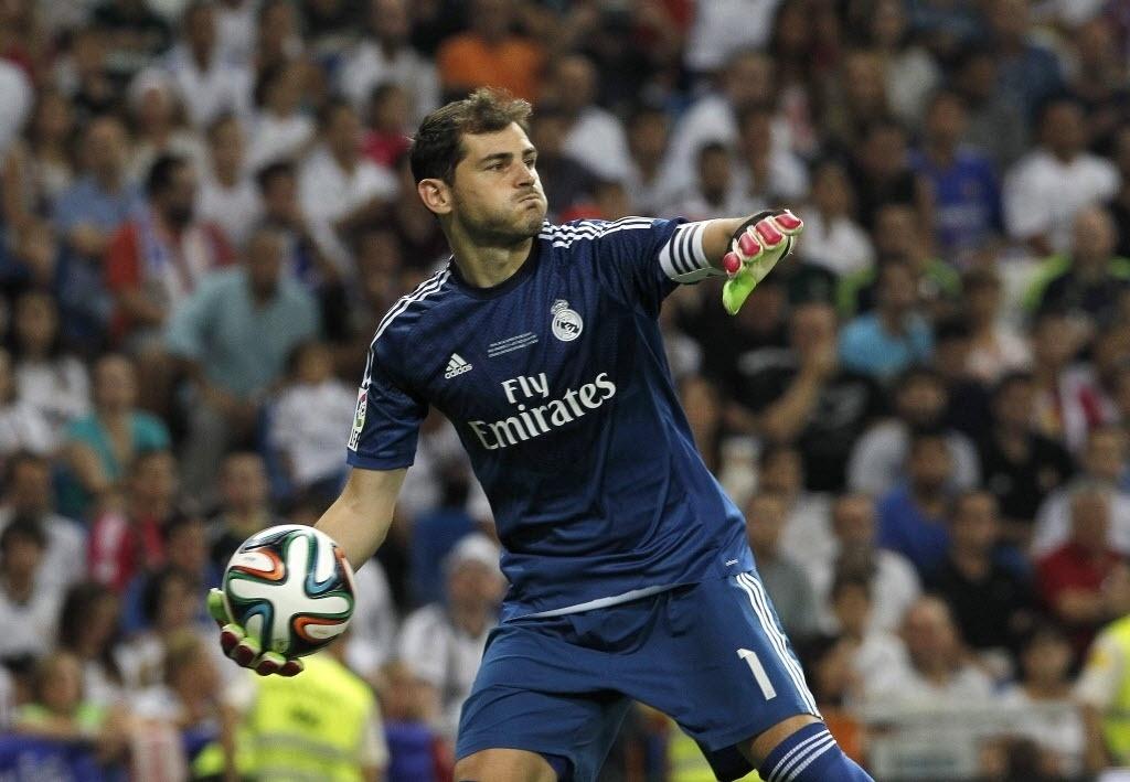 Goleiro Casillas repoõe a bola durante o jogo entre Real x Atlético