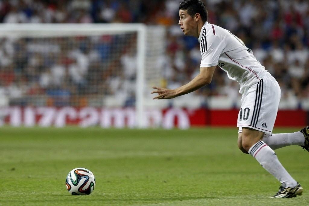James Rodríguez conduz a bola durante jogo do Real Madrid