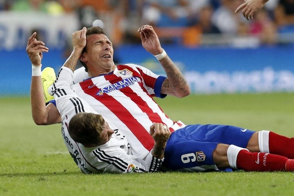Mandzukic cai em cima de Sergio Ramos durante a Supercopa da Espanha