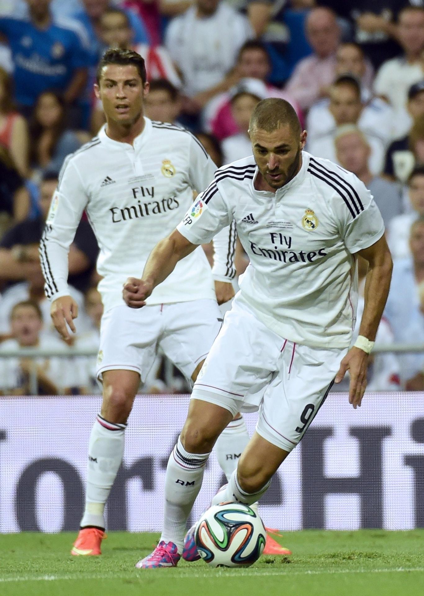 Observado por Cristiano Ronaldo, Benzema conduz a bola na Supercopa da Espanha