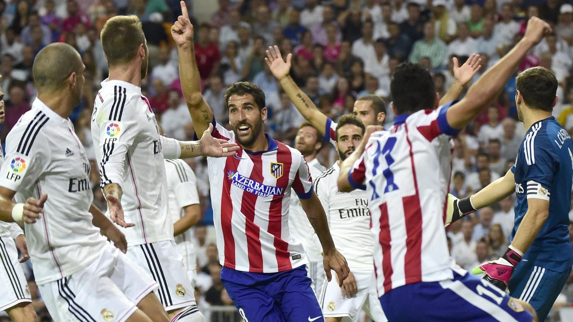 Raul Garcia (centro) comemora ao marcar o gol de empate do Atlético de Madrid na Supercopa