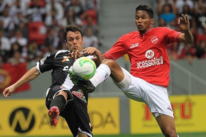 19 ago. 2014 - Kleber disputa bola com defensor do Vila Nova, durante jogo do Vasco pela Série B