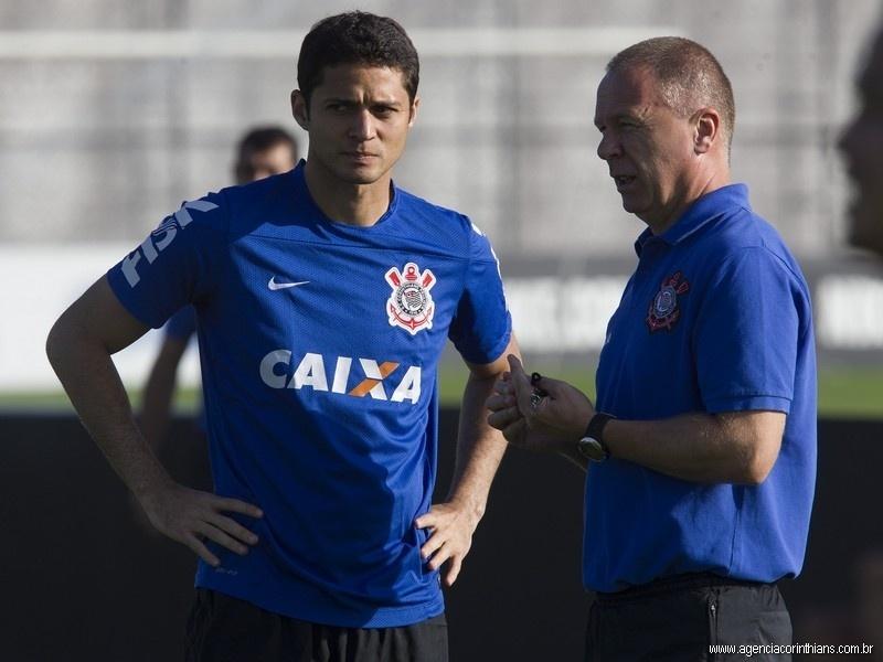 Anderson Martins, zagueiro do Corinthians, ouve as orientações do técnico Mano Menezes em treino no CT Joaquim Grava