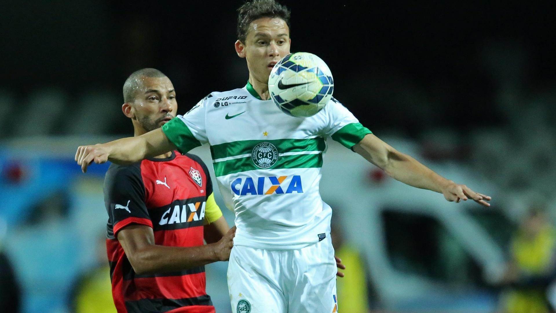 Keirrison encara a marcação de Kadu na partida entre Vitória e Coritiba pelo Brasileirão