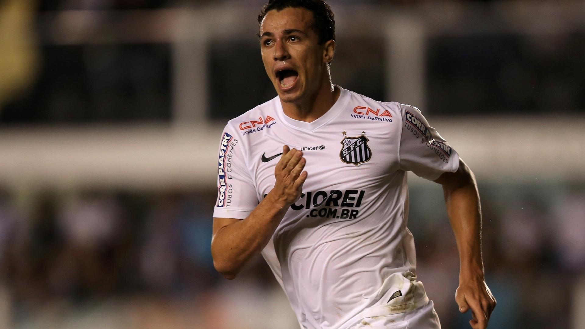 Leandro Damião bate no peito para comemorar seu gol sobre o Atlético-PR