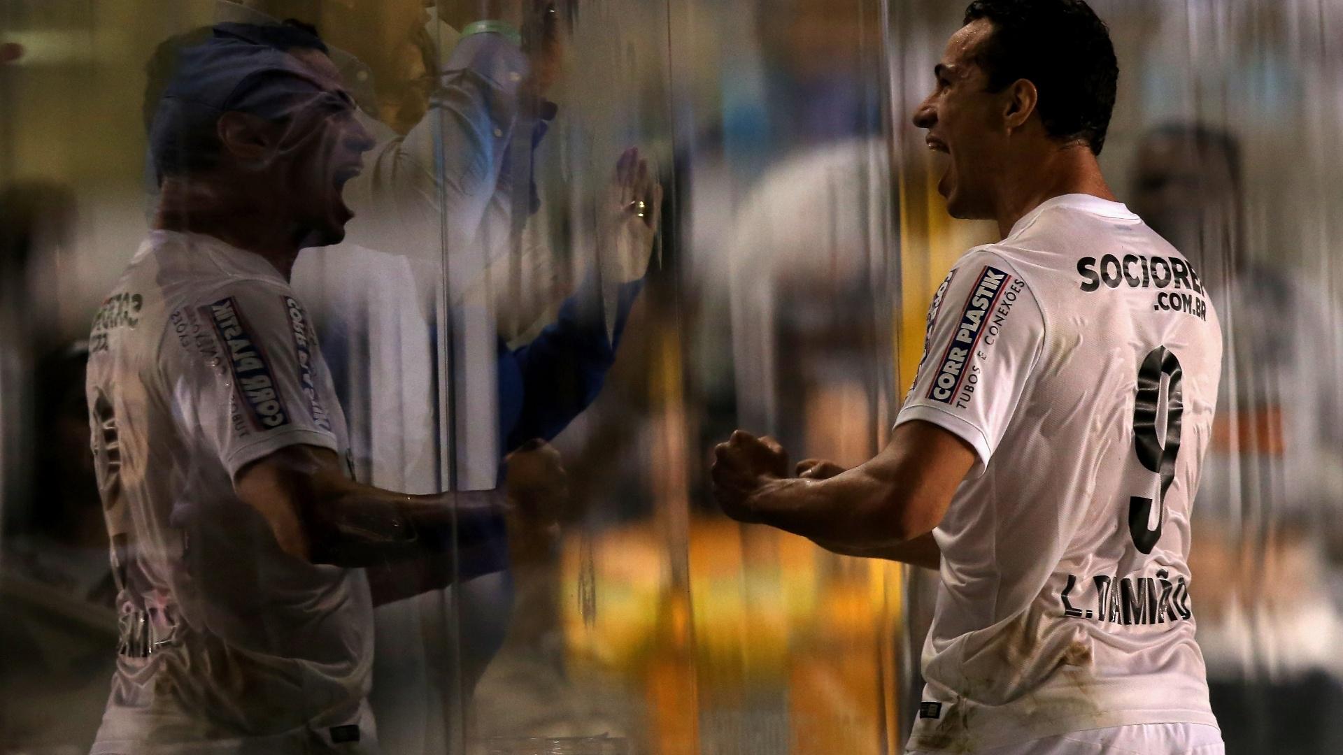Leandro Damião comemora nos camarotes da Vila Belmiro seu gol sobre o Atlético-PR