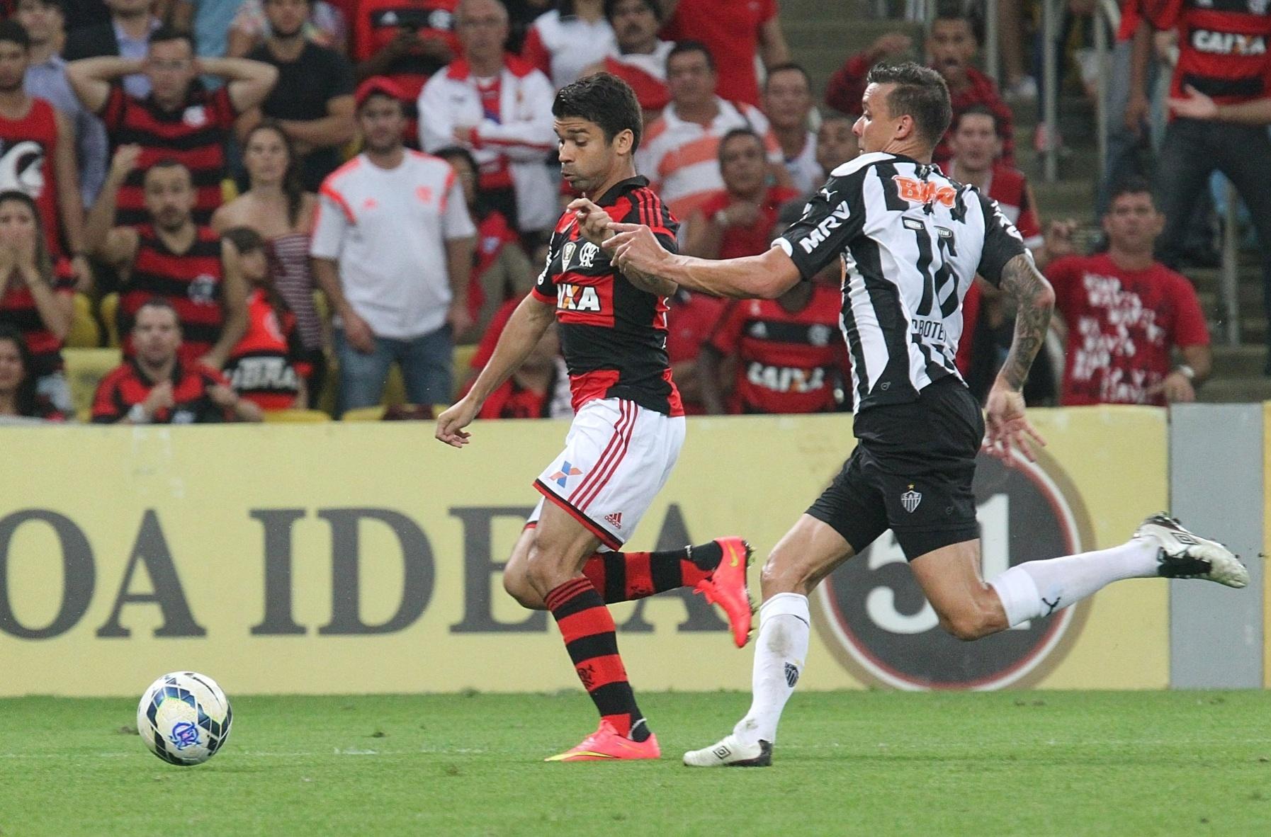 20 ago. 2014 - Atacante do Flamengo, Eduardo da Silva tenta evitar marcação de jogador do Atlético-MG em jogo pelo Brasileiro