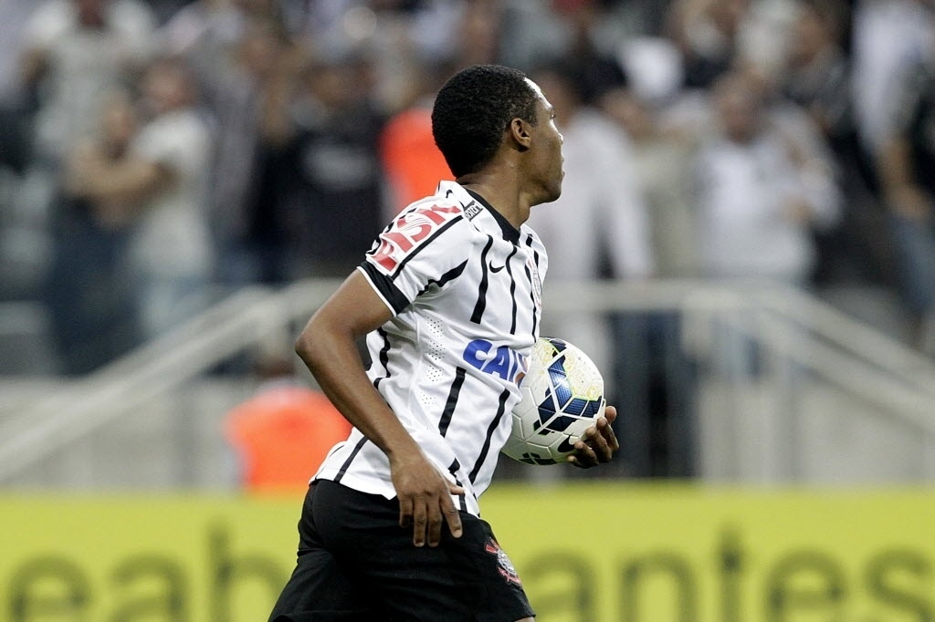 Elias busca a bola após empatar pela segunda vez o jogo contra o Goiás para o Corinthians