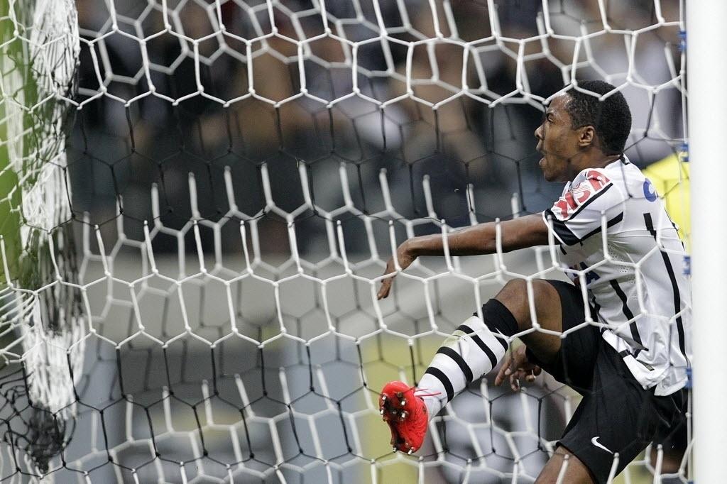 Elias comemora com a torcida seu gol, o segundo do Corinthians sobre o Goiás