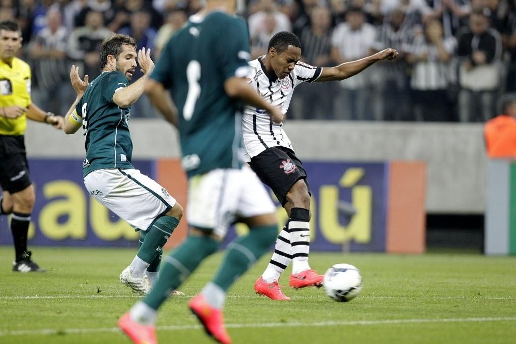Elias tenta batida de direita para o Corinthians contra o Goiás