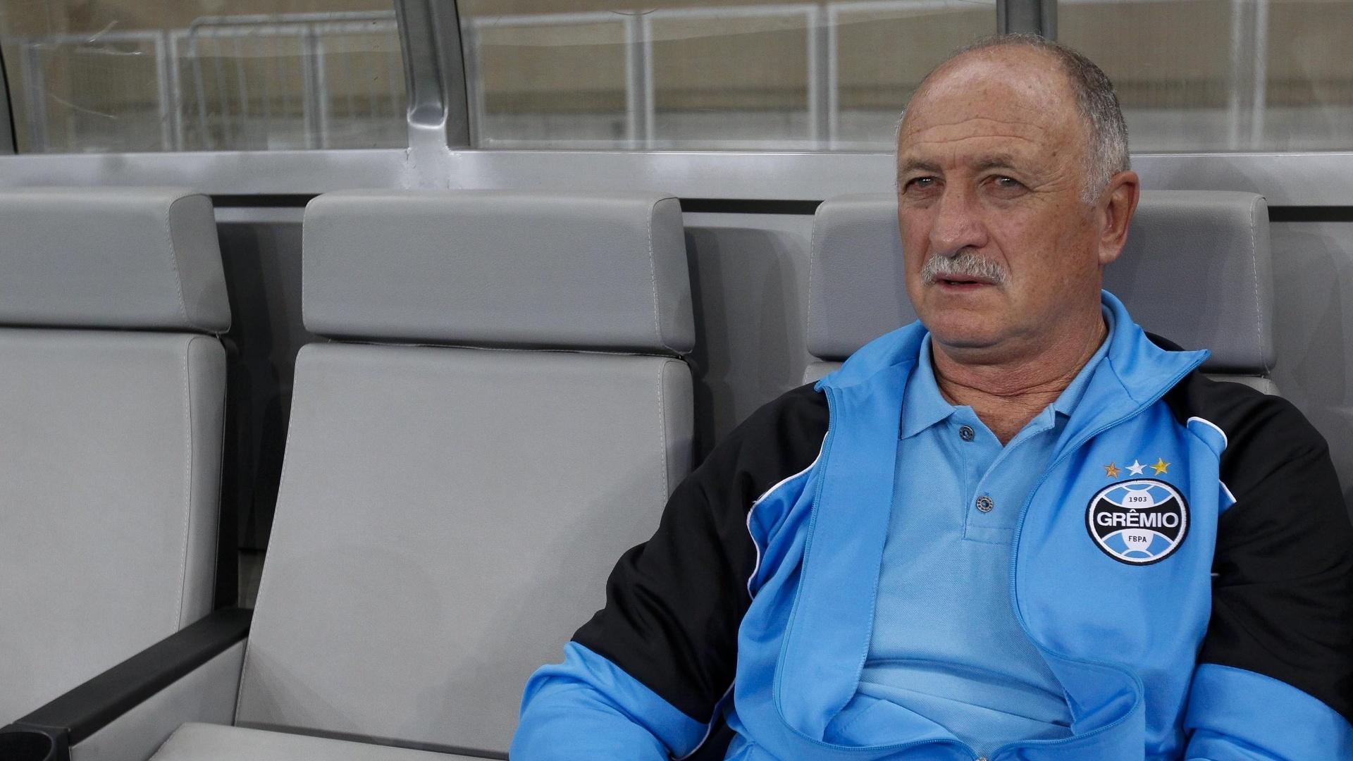 Luiz Felipe Scolari senta no bando do Grêmio em sua primeira partida no Mineirão desde o 7 a 1 na Copa do Mundo