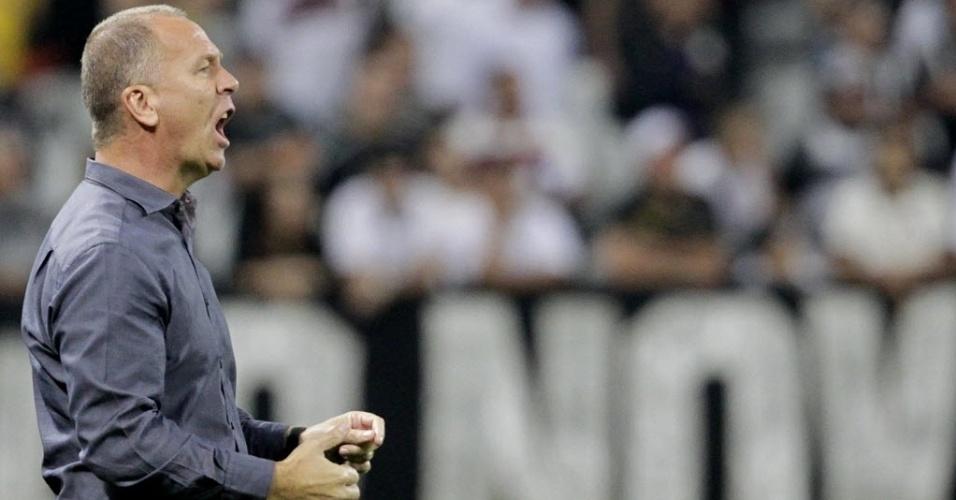 Mano Menezes grita com os jogadores do Corinthians no duelo com o Goiás
