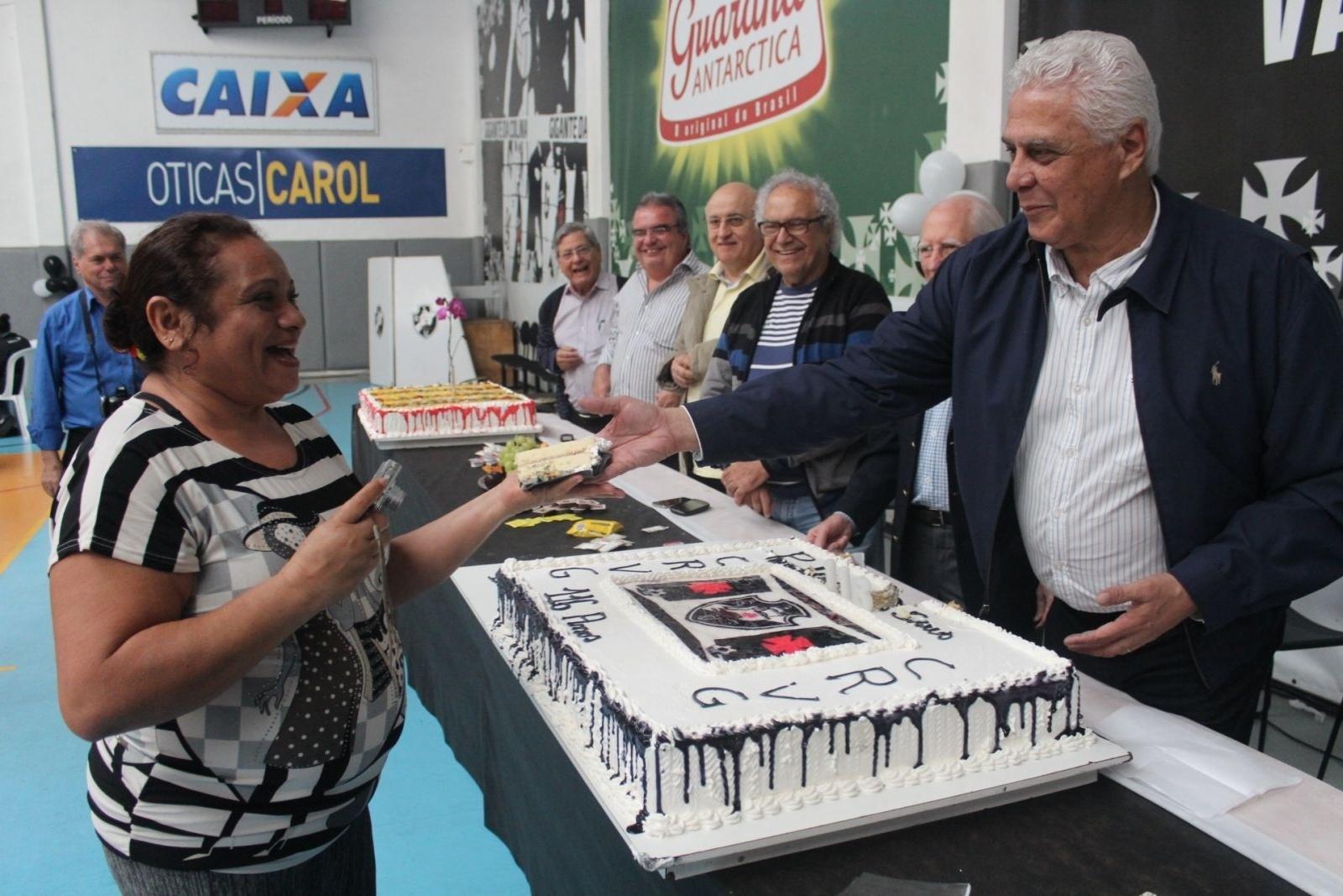 Roberto Dinamite entrega pedaço de bolo para funcionária do clube: Vasco completou 116 anos