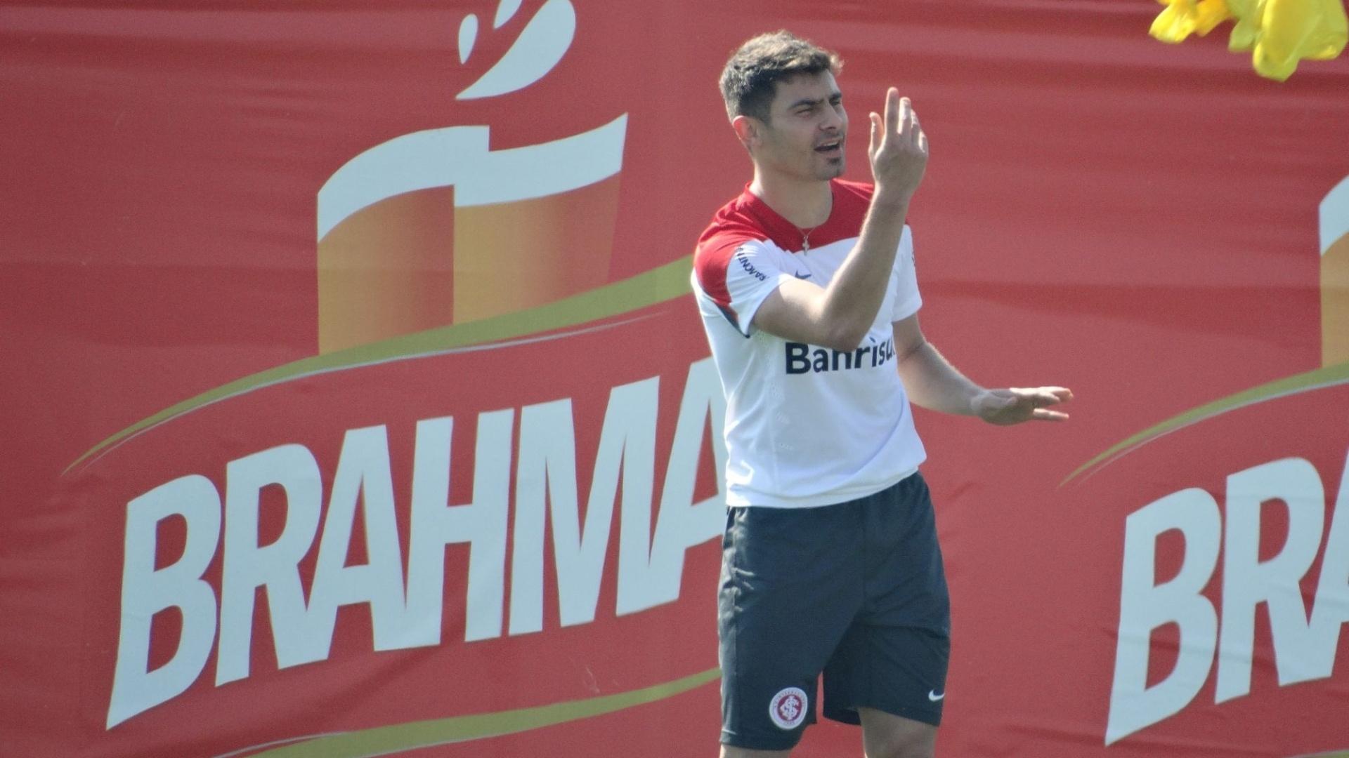 22.ago.2014 - Alex treina normalmente e segue no time do Inter contra o Atlético-MG