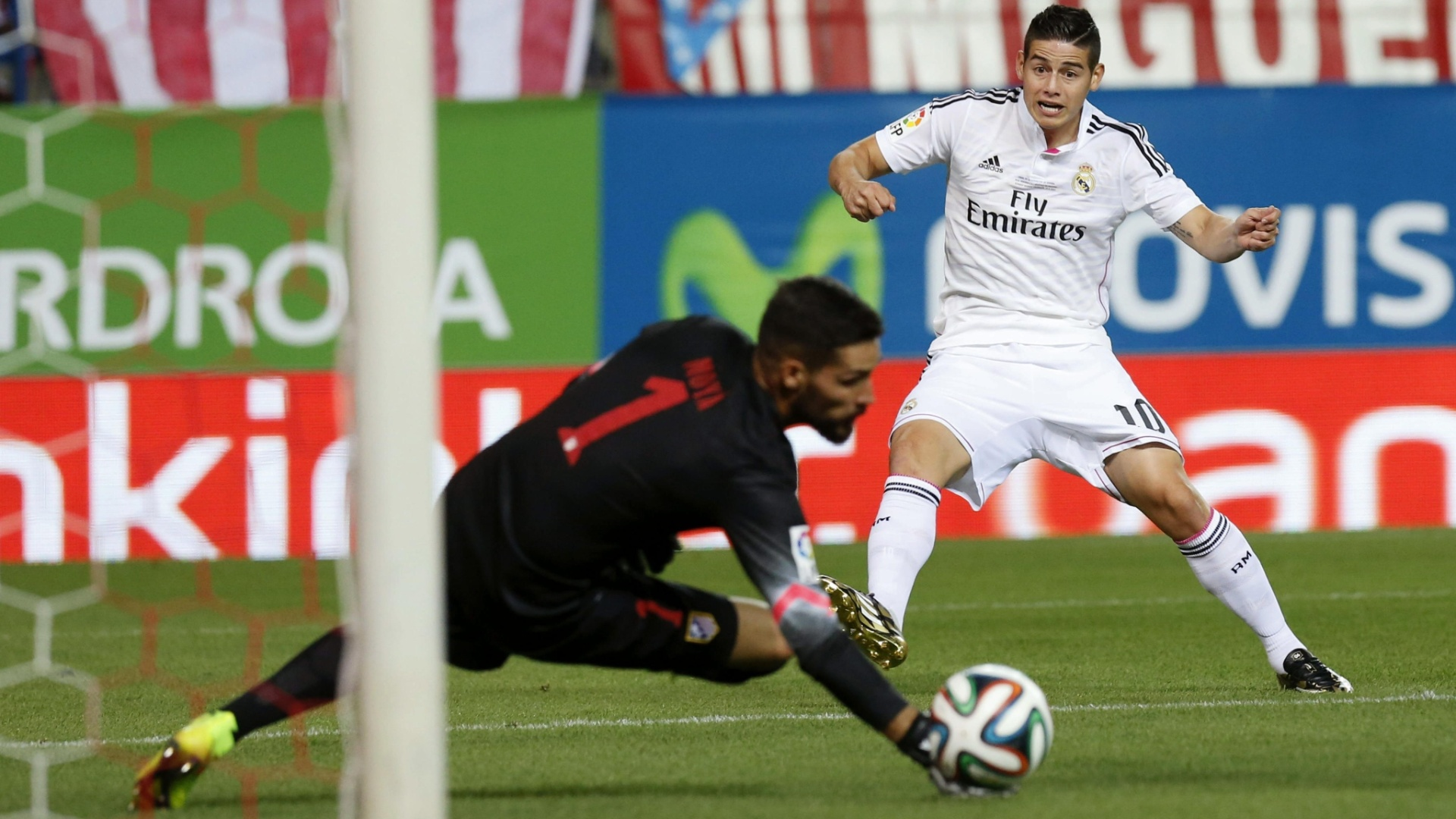 James Rodriguez tenta chute, mas Moyà consegue espalmar de leve e afastar o perigo na decisão da Supercopa da Espanha entre Atético de Madri e Real Madrid