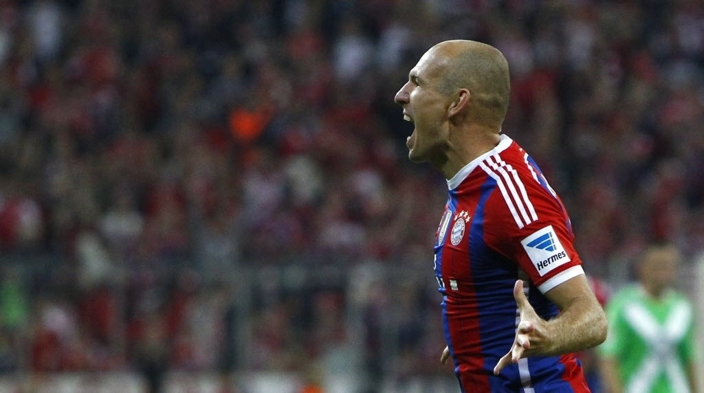 Robben comemora o segundo gol do Bayern sobre o Wolfsburg, na abertura do Alemão