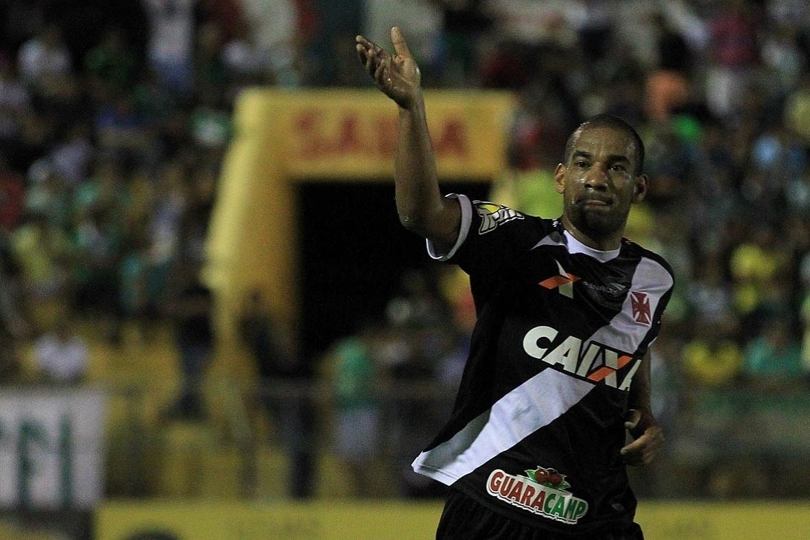 Rodrigo comemora com a torcida do Vasco após marcar o primeiro gol do time sobre o Icasa