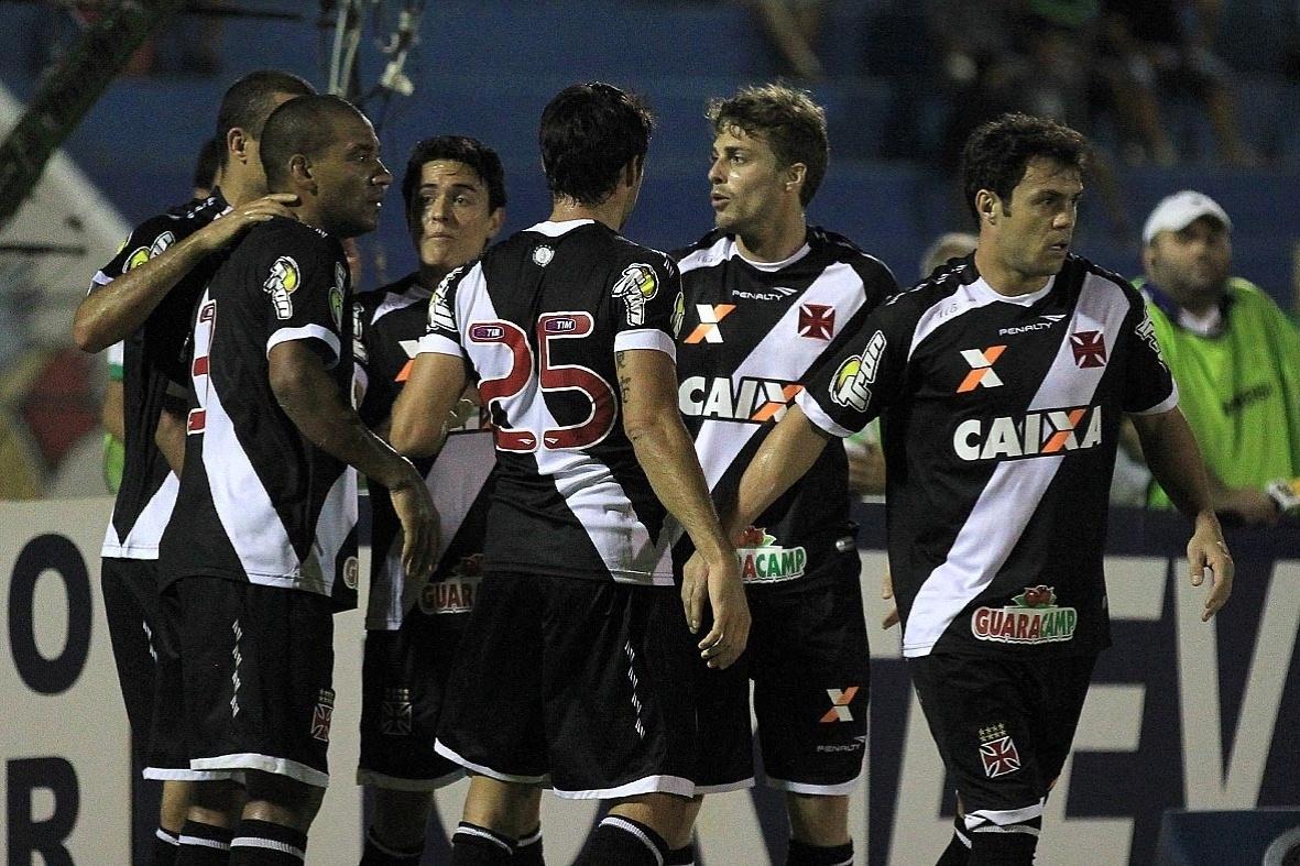 Rodrigo é abraçado pelos jogadores do Vasco após marcar o primeiro gol do time sobre o Icasa