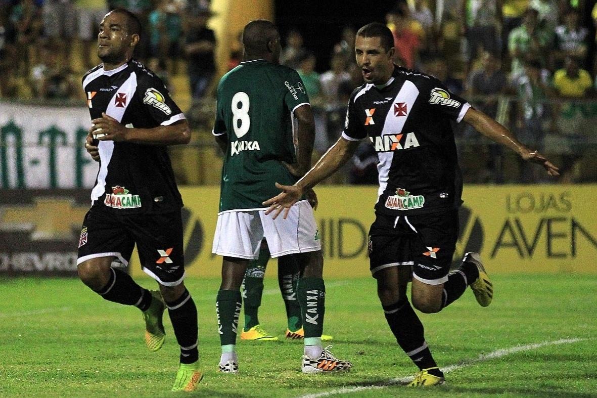 rodrigo (e) sai para comemorar após marcar o primeiro gol do Vasco sobre o Icasa
